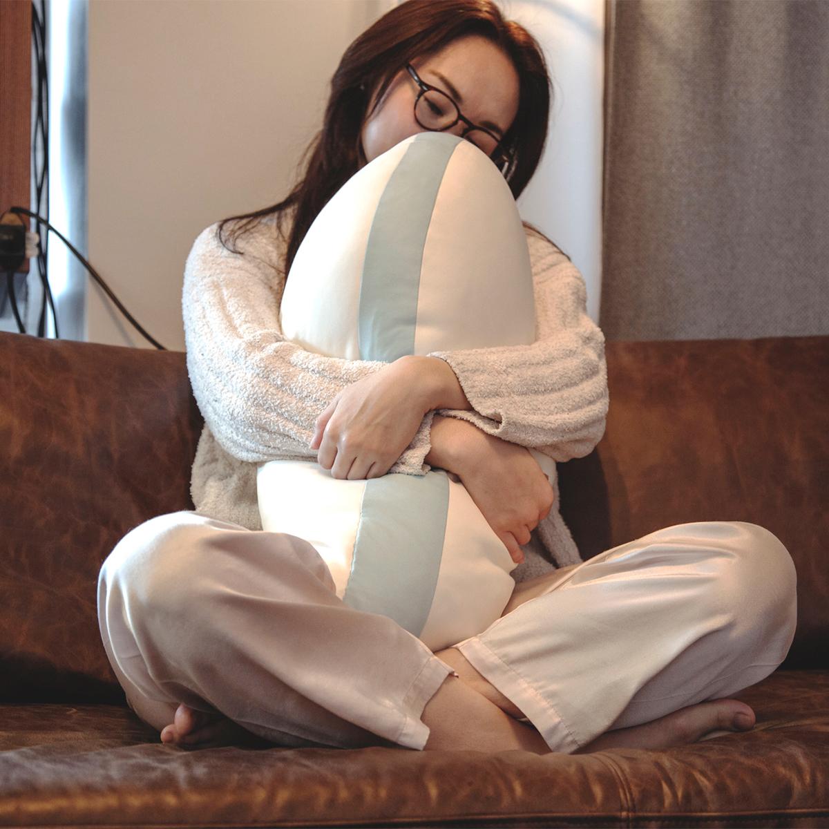 肩・腰の痛みやいびき対策にも◎。仕事や悩みごとで体がコチコチ、寝つきにくい人、寝起きに肩や腰が痛みやすい人、いびきが気になる人におすすめの『抱き枕』|megumi