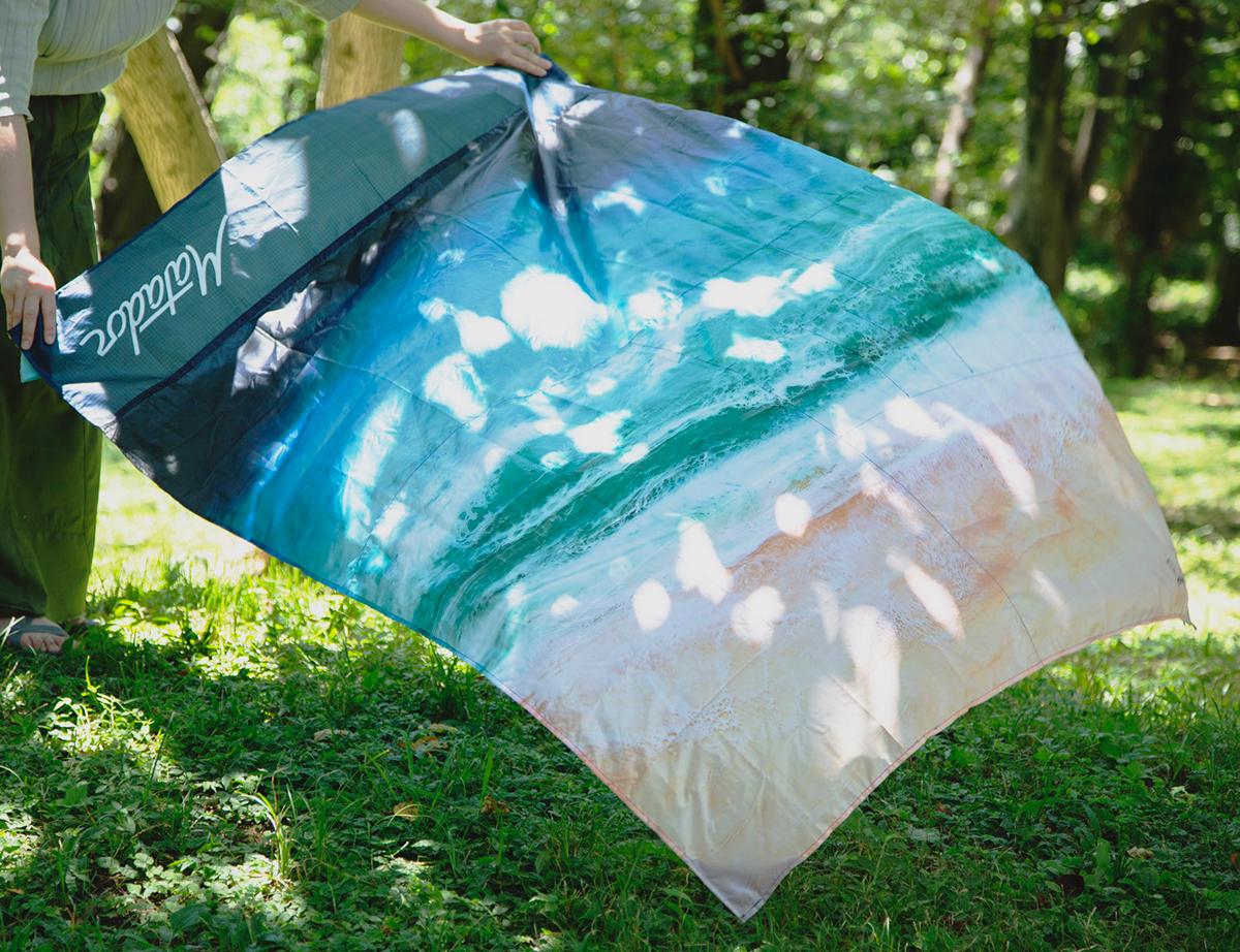 シートの上はハワイのビーチ。どこでも海気分になる手のひらサイズにたためる撥水仕様のレジャーシート「OCEAN」(夏限定) Matador POCKET BLANKET