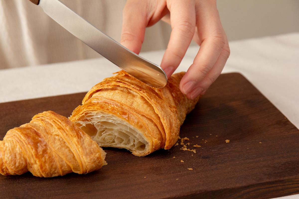 先端が「へら」のように丸い食卓ナイフは、可愛らしい見た目とは裏腹に切れ味バツグン。硬いパンも柔らかいクロワッサンもスパッと切れて、断面がきれい。「食卓ナイフ&カッティングボード」|CARL MERTENS