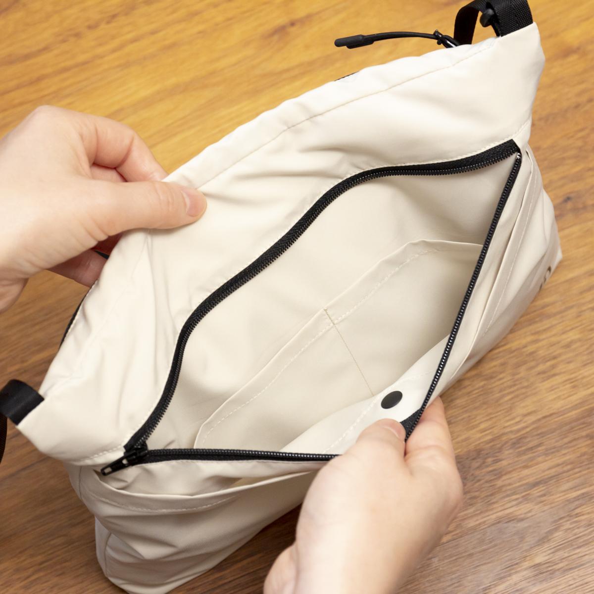 日中はサコッシュ、肌寒い朝晩はアウターに。海外の旅先で貴重品を安全に持ち歩く際も安心な「バッグ一体型パーカー」| SANYO ENJIN