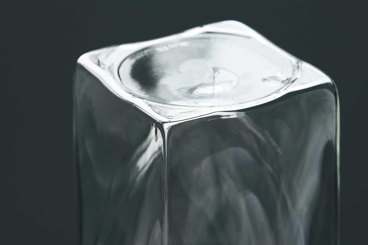 底面は少し肉厚に、凹凸を付けた4点で支えることで転倒しにくい形状です。結露しにくく、レンジ加熱OK、見る角度で表情を変える「耐熱ダブルウォールグラス」|RayES(レイエス)