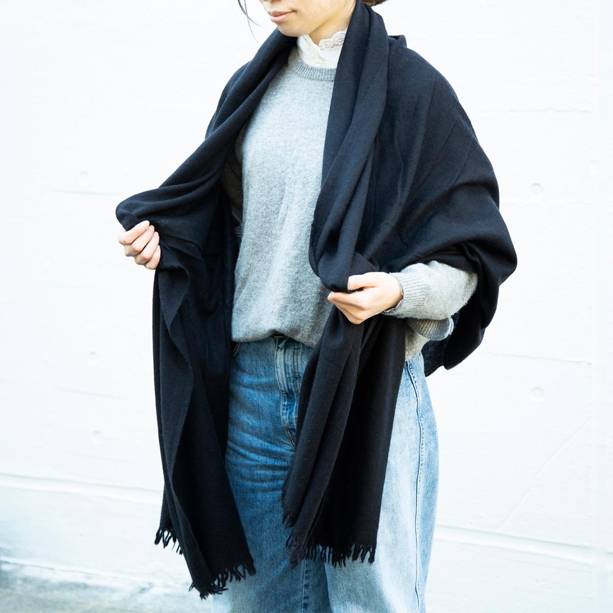 無造作に羽織ってもお洒落で上品。上質なクオリティなのにリーズナブルな超大判カシミアストール|ADOS(エイドス)curum