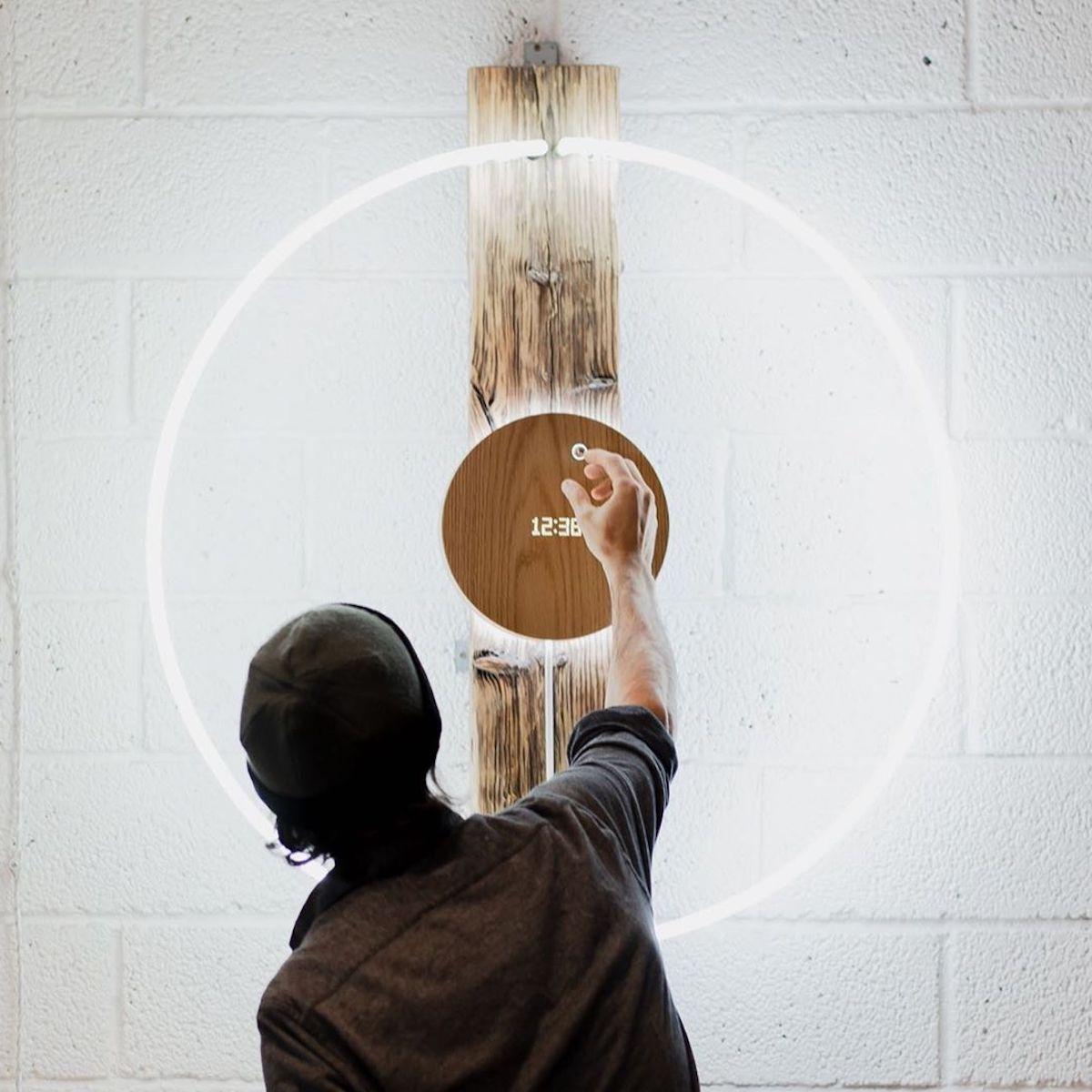 「壁掛け」「平置き」「スタンド立て掛け」の3つの設置方法から選べる。磁力で浮遊する「時の球体」。あなたの物語を軌道に旅をする時計|Flyte STORY