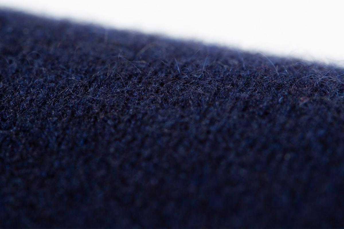 日本で初めてカシミヤの紡糸をした東洋紡糸が手掛けた生地(ネイビー)。上質なカシミアニット|SANYO(三陽商会)