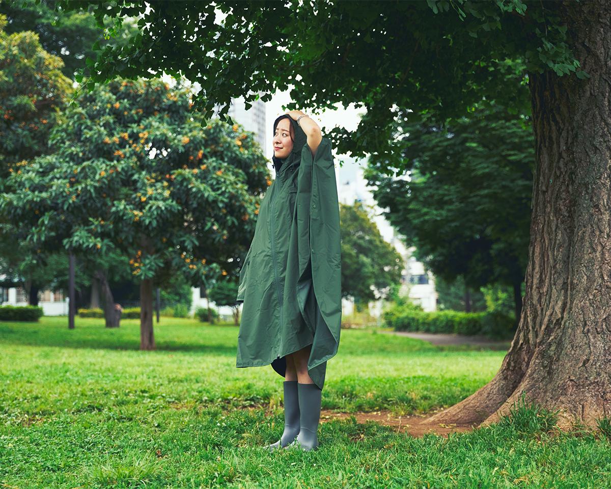薄手だけど、しっかりした感触の生地。雨が多い季節に。今までのレインコートやポンチョとまるで違う。雨の日も両手フリー、濡れない、蒸れにくい「ポンチョ」|U-DAY PONCHO(ユーデイ ポンチョ)