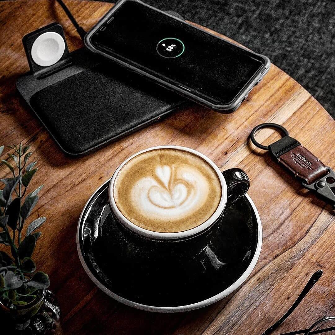 iPhone、Apple Watch、AirPodsの3台が同時にソファでくつろぐような「ワイヤレス充電スタンド」「ワイヤレス充電ベース」| NOMAD | Base Station