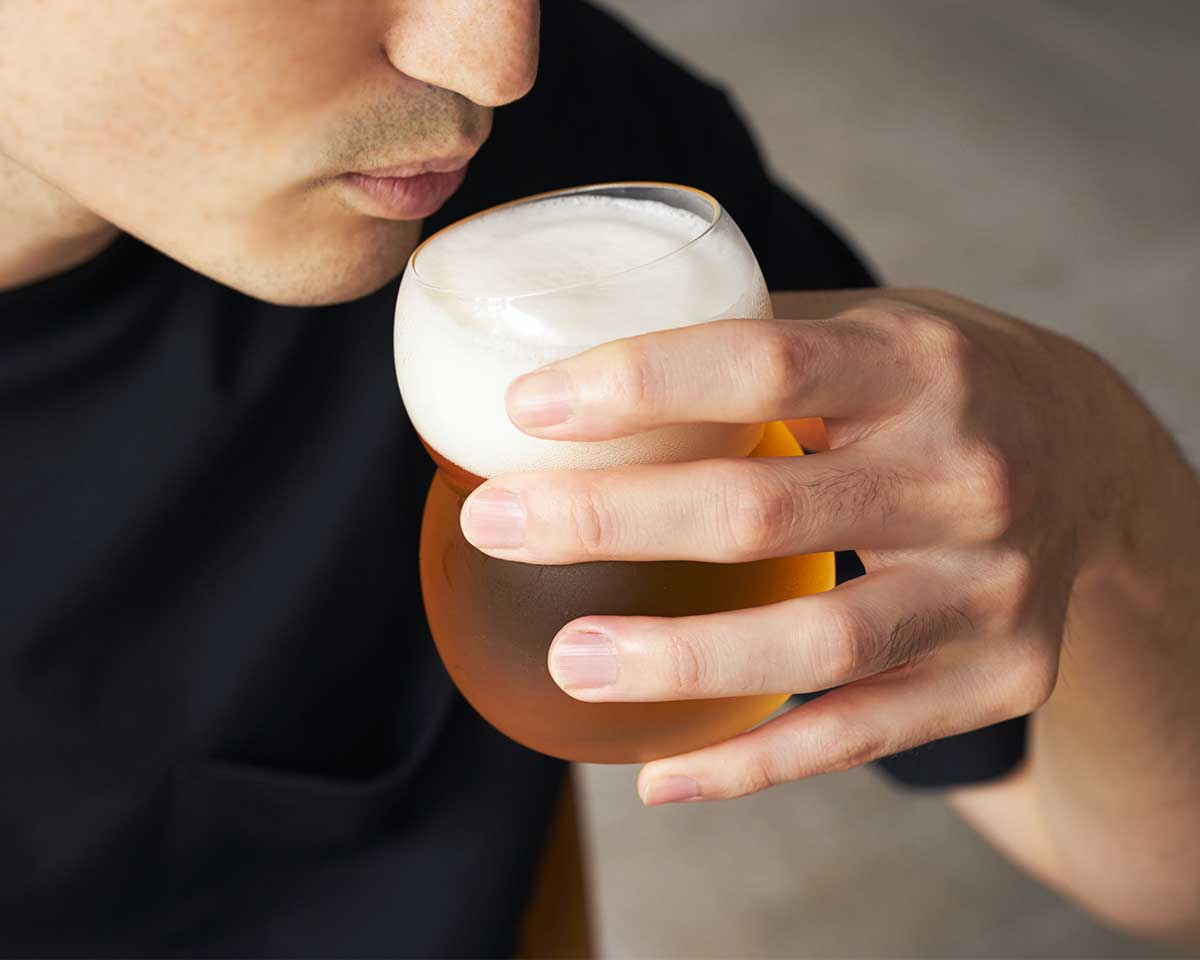 内側へなだらかにカーブした飲み口のおかげで、グラスの中で香りが滞留しやすい。持ちやすさ、使いやすさ抜群。丸みとくびれのあるお洒落なデザイン|双円(そうえん)のグラス