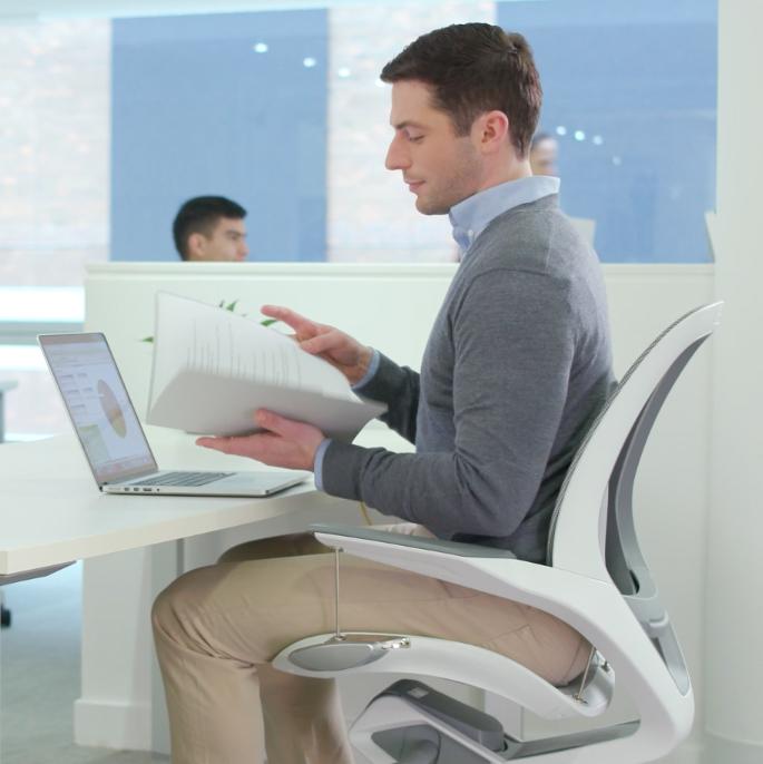 「立体バックレスト(背もたれ)」が背筋の代わりに、背中から腰を支えてくれるワーキングチェア|Elea Chair