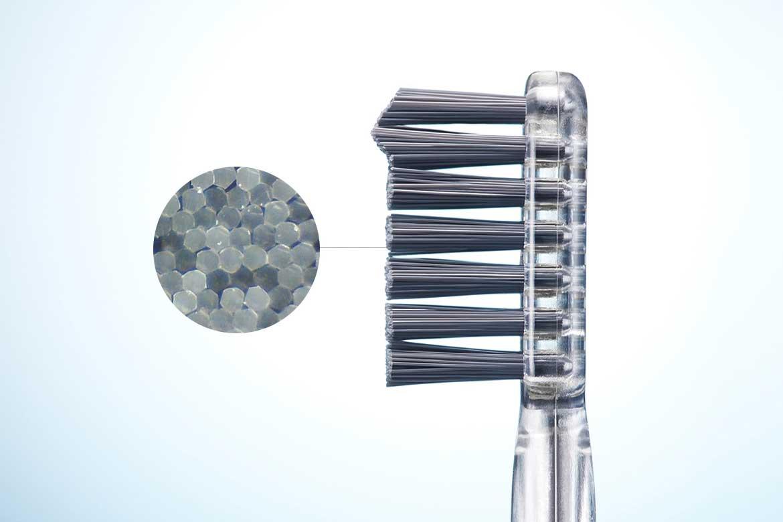歯と歯の間にフィットしやすく、奥歯や歯の裏側も掻き出しやすい「ハニカムポイント毛」を採用しています。光触媒の効果で、歯磨き粉なしでも歯垢がとれる「電動歯ブラシ」|SOLADEY