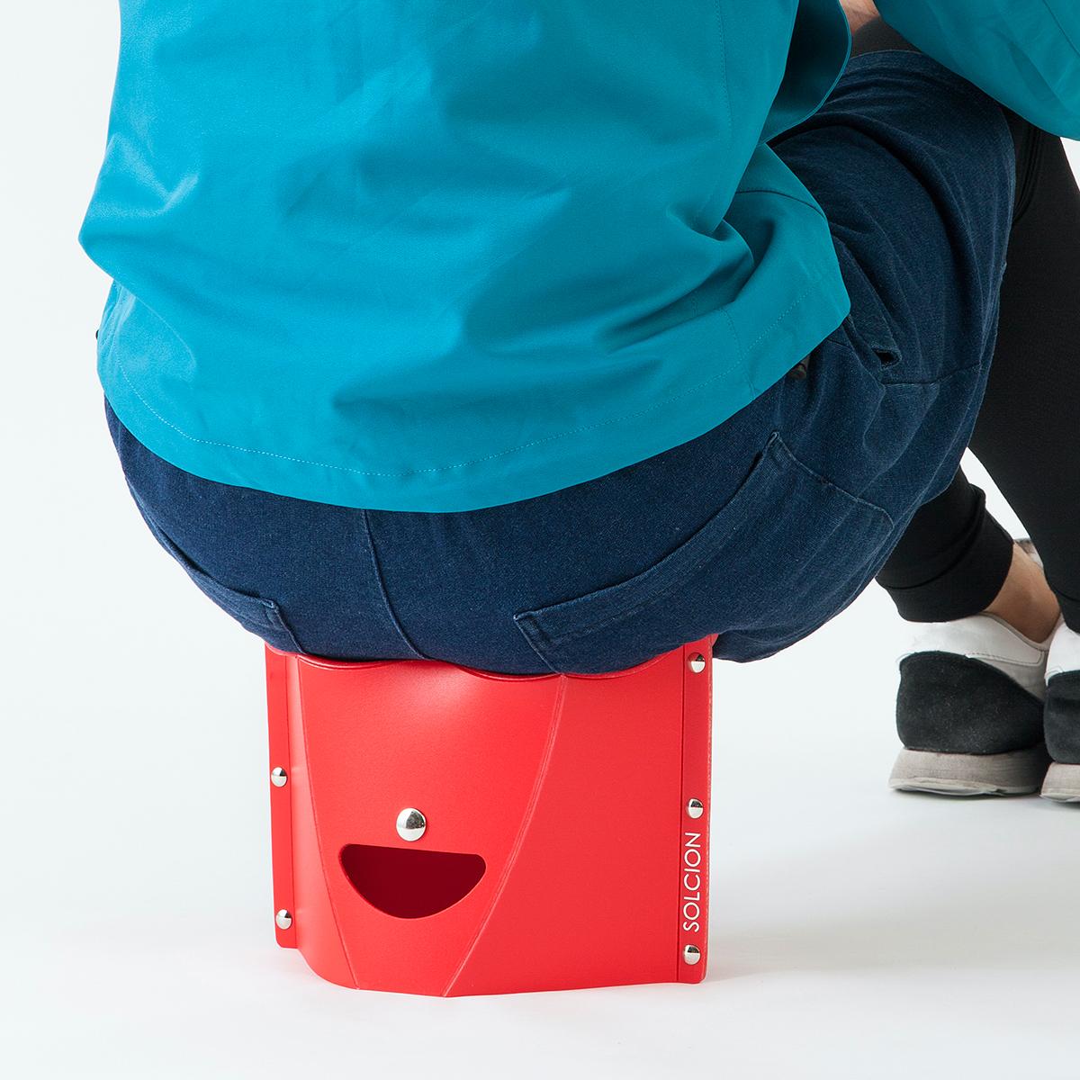 お尻の形状にフィットするよう、座面が波型にデザインされているので、座り心地が良く、長時間座っても疲れにくい設計。どこにでも持ち歩けるイス|PATATTO