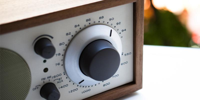 シンプル操作の声や音楽を身近に感じる美しいデザインのアナログラジオ|Tivoli Audio