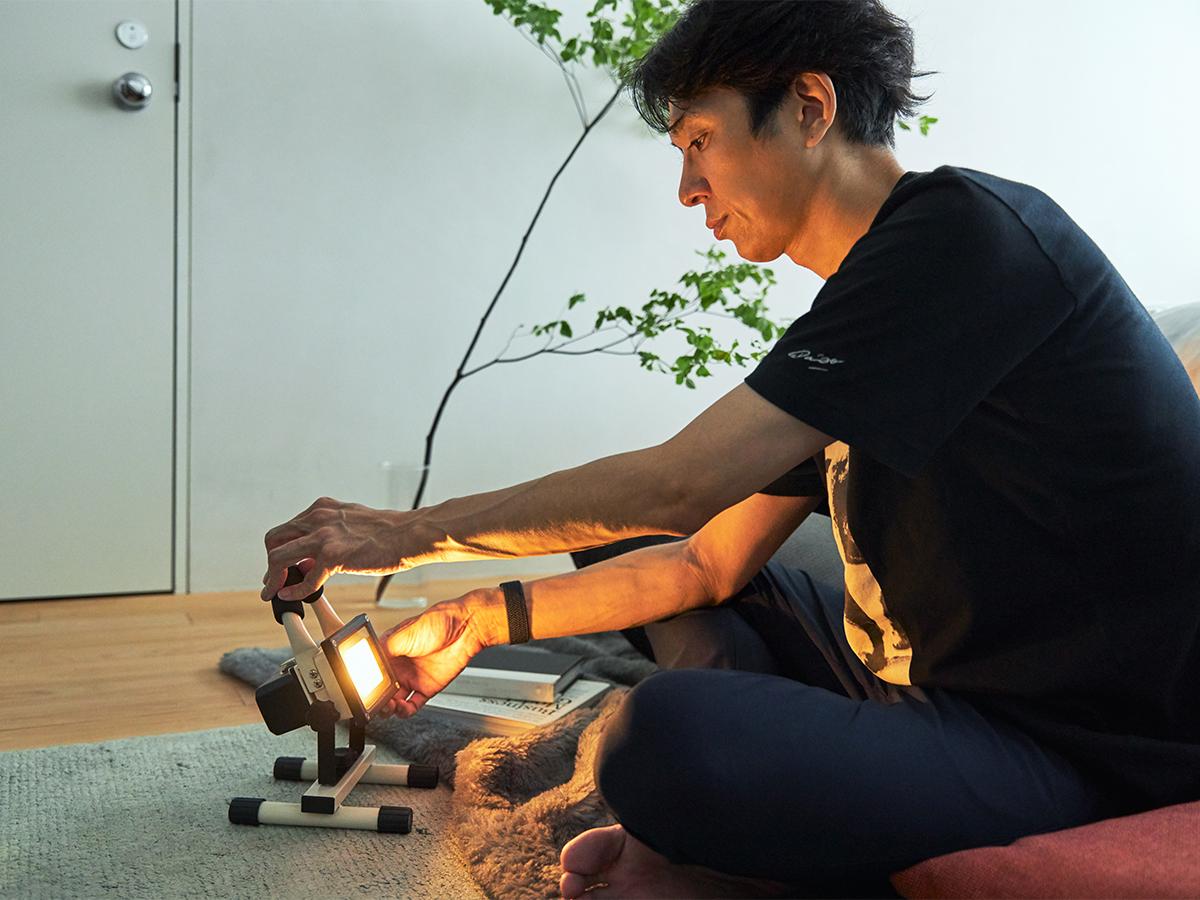 ライト部分は、上下150°と横360°に自在に動いて、ピタッと止まるから使い勝手が良い。|上下左右に自在に動いて、部屋も庭もドラマチックに照らしてくれる。スマホ充電もできる「LEDスポットライト」|RECHARGE LIGHT(リチャージライト)