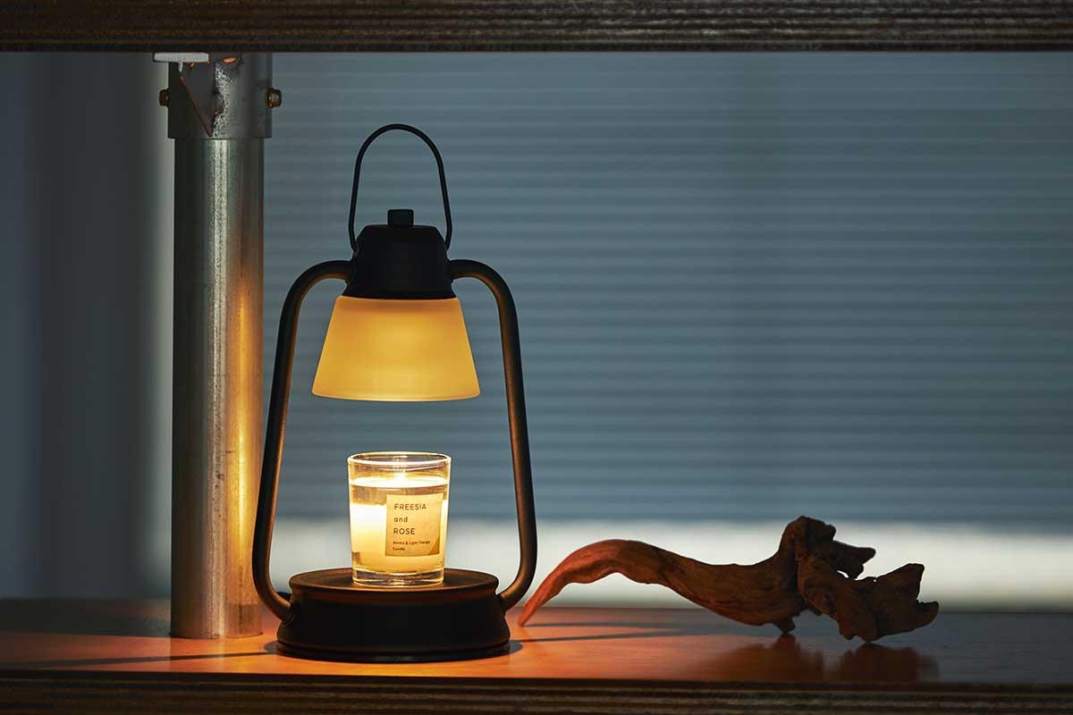 コンパクトだから狭い棚の間にも収まります。火を使わずにアロマキャンドルを灯せて、明かりと香りも楽しめる卓上ライト「キャンドルウォーマーランプ」 kameyama candle house