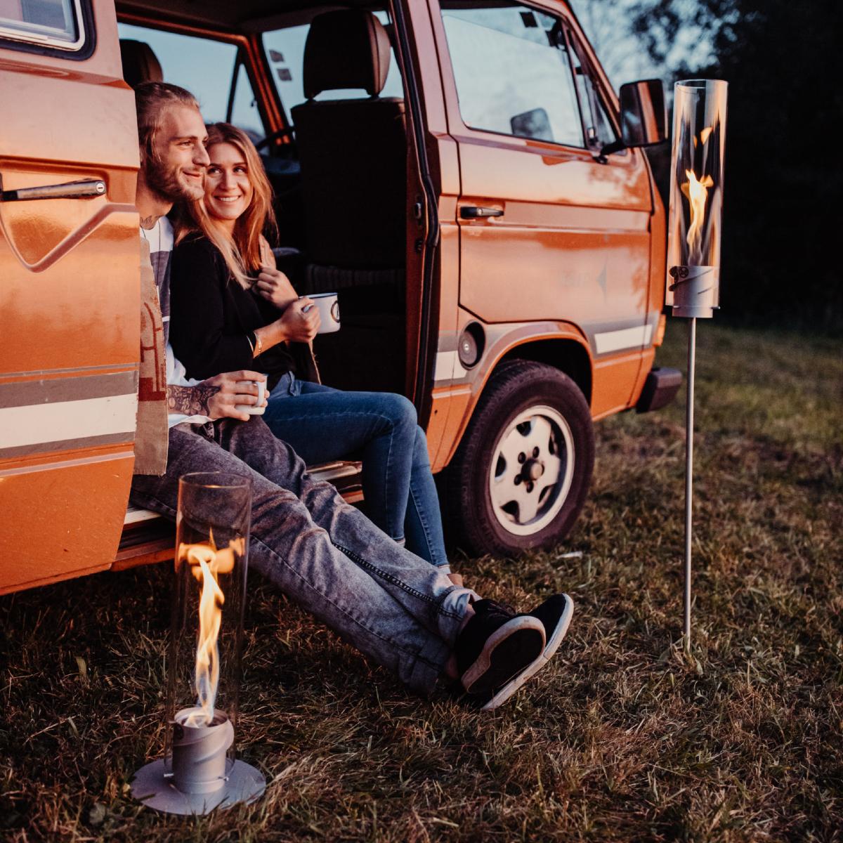 キャンプ場や庭の地面に挿して楽しむ|風を取り込んで炎が5倍になる卓上焚き火、ニオイ・煙・燃えカスが出にくい専用バイオエタノール燃料つきランタン|Höfats(フォーファッツ)