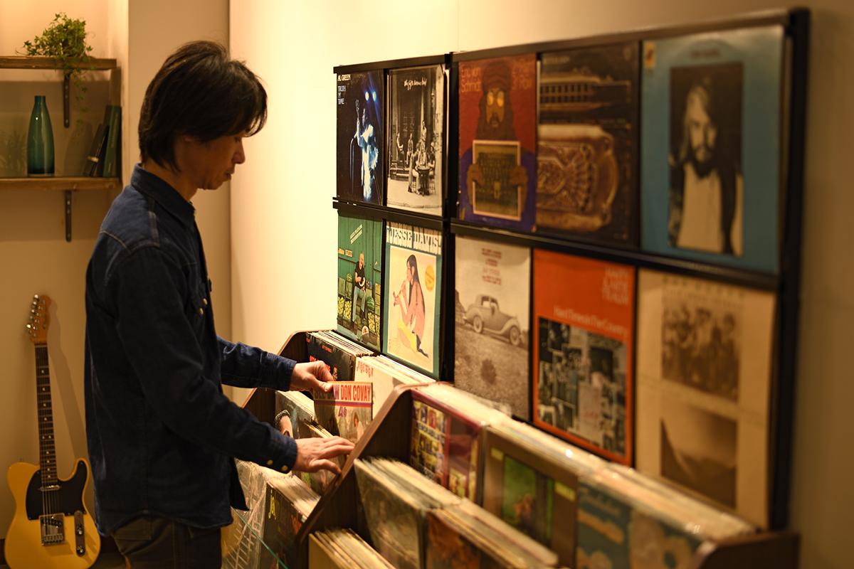 お店のように、目線の高さにジャケットを飾れる、おしゃれな大容量レコードラック|レコードディスプレイラック