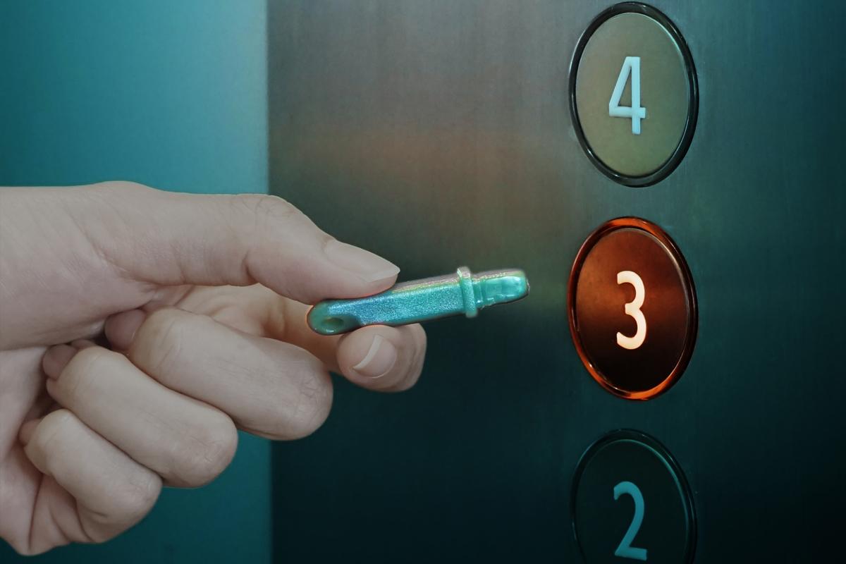 マンションや公共施設のエレベーターで|ウィルスの接触感染を避ける、小さくてスリムな非接触ツール。衛生的に持ち歩ける「プッシュスティック」|QUALY