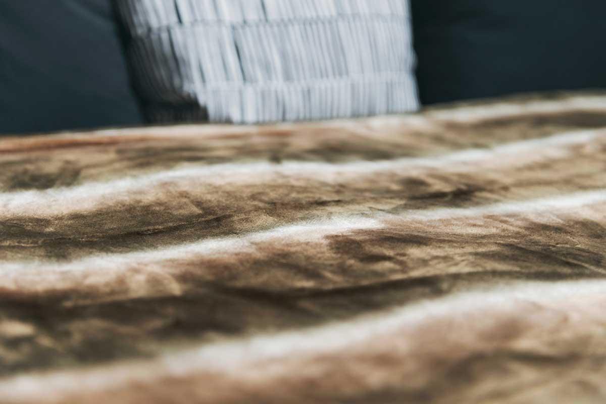 短めの毛足はフワッフワの感触で、触れるだけでジンワリとした暖かさが伝わってきます。暖かさはもう当たり前、軽さとなめらかさも実現した「毛布」|CALDONIDO NOTTEⅡ(カルドニード ノッテ)