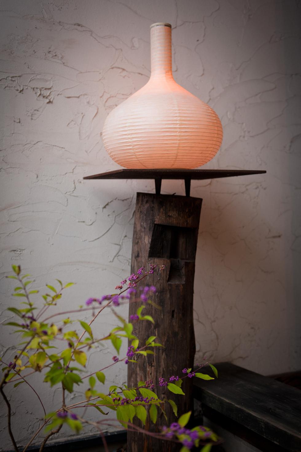 日本の伝統文化の明かりでモダンなリラックス空間を作る 提灯型ランプ(インテリア ライト 照明)| 細口壺 - 鈴木茂兵衛商店 SUZUMO CHOCHIN(すずも提灯)