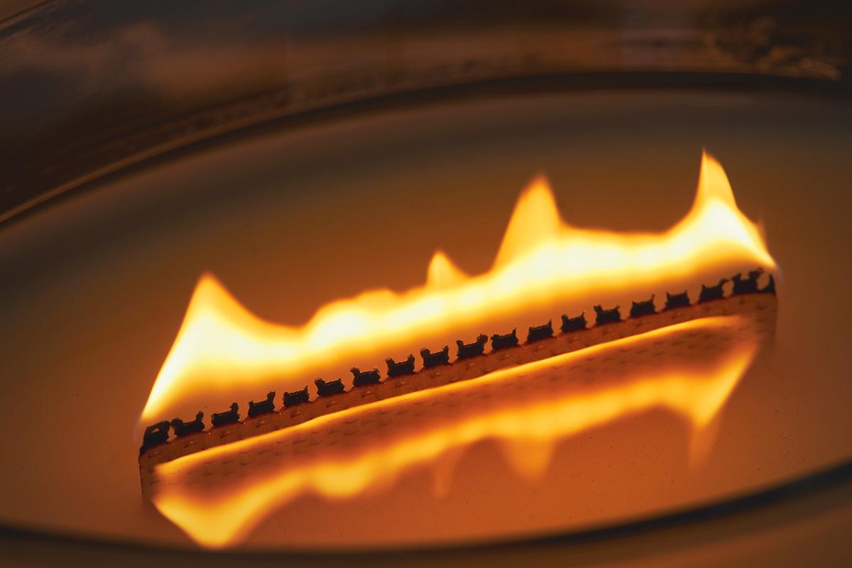 ふんわりと部屋中に広がる穏やかな香りは、エッセンシャルオイルを何層にも繊細に重ねて調香 まるで小さな暖炉、パチパチと燃えうねる木製芯の「アロマキャンドル」 WoodWick(ハースウィックキャンドル)