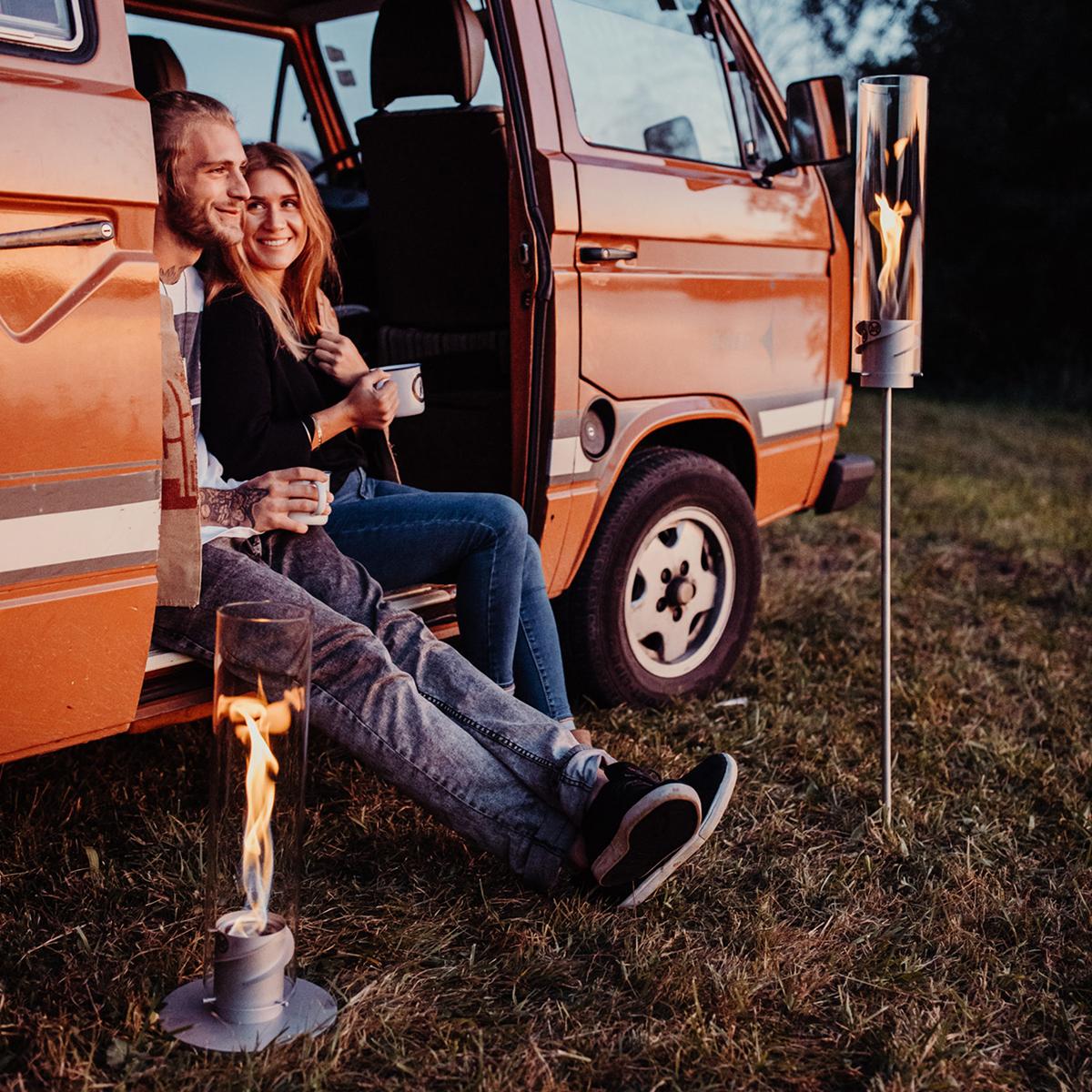 複数セットを篝火(かがりび)のように飾れば、屋外のムードも盛り上がるはず。煙突効果で炎が廻りながら上昇!煙が出にくい安全燃料の「テーブルランタン&ガーデントーチ」|Hofats SPIN(ホーファッツ スピン)
