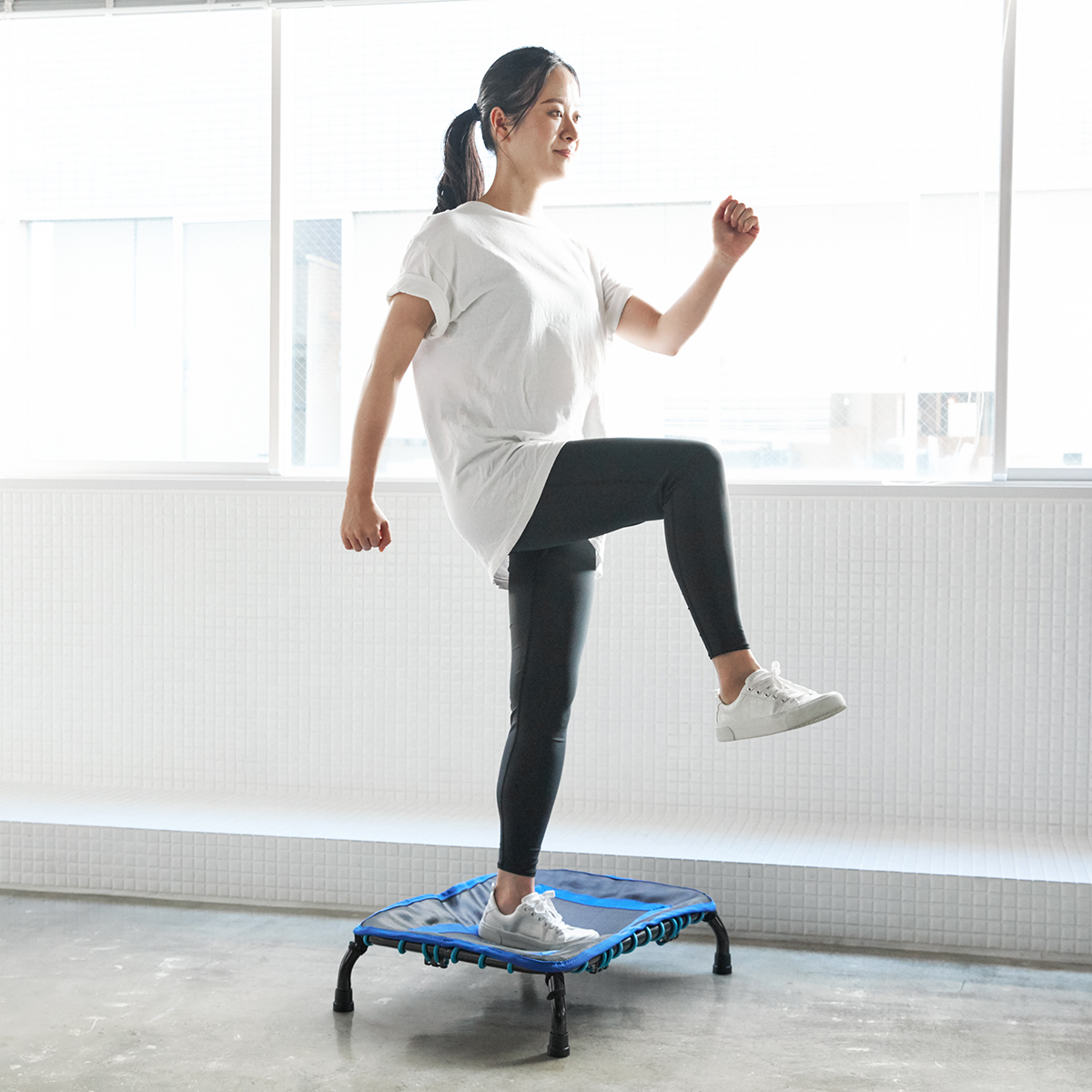 運動初心者も経験者も、トレーニングを続けやすい、プロトレーナー監修の有酸素運動。ミニサイズのトランポリン「ミニジャンパー」|AEROLIFE(エアロライフ)