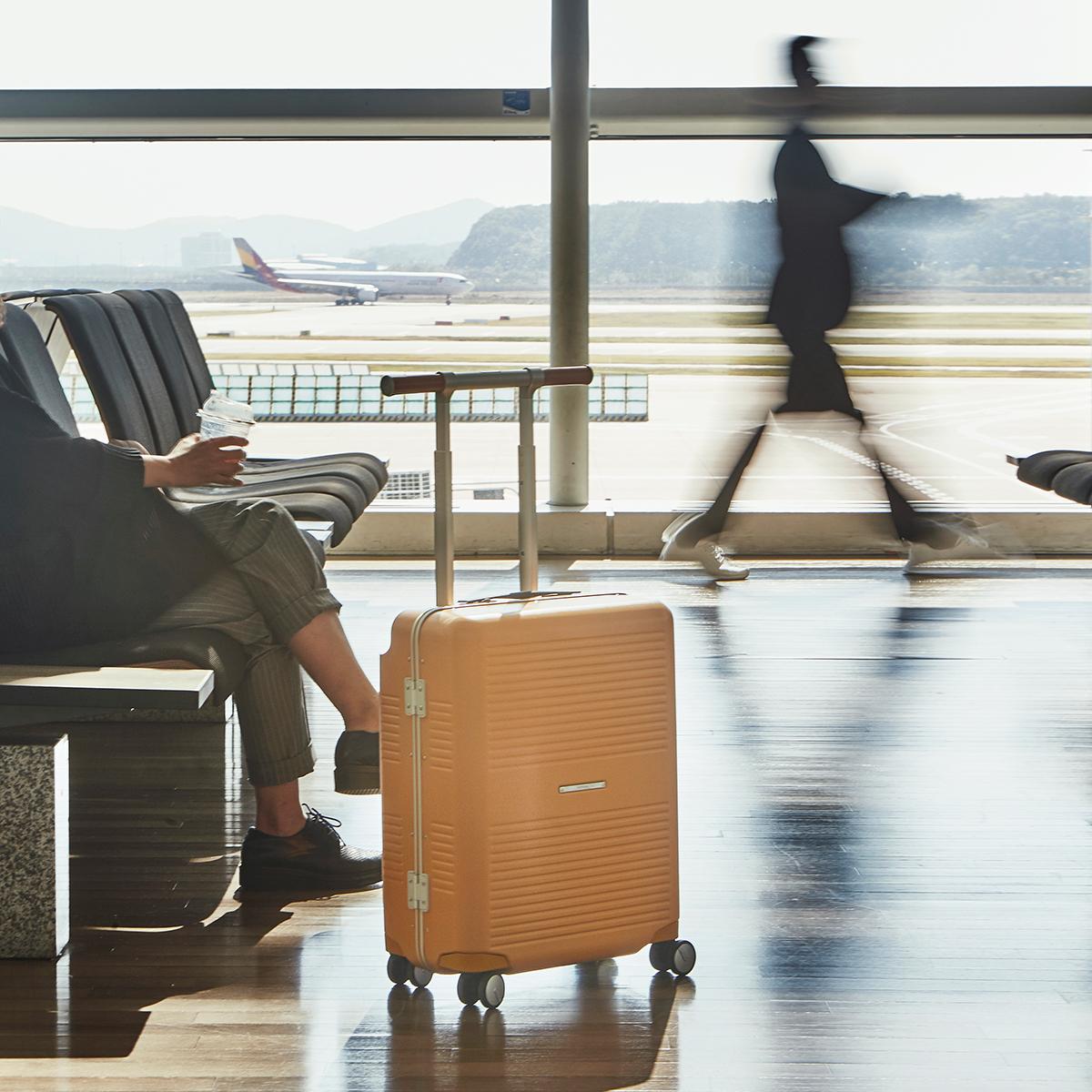 家から旅先までの利便性をとことん追求した、控えめだけど、気の利いた設計のスーツケース(88L・7泊〜)|RAWROW