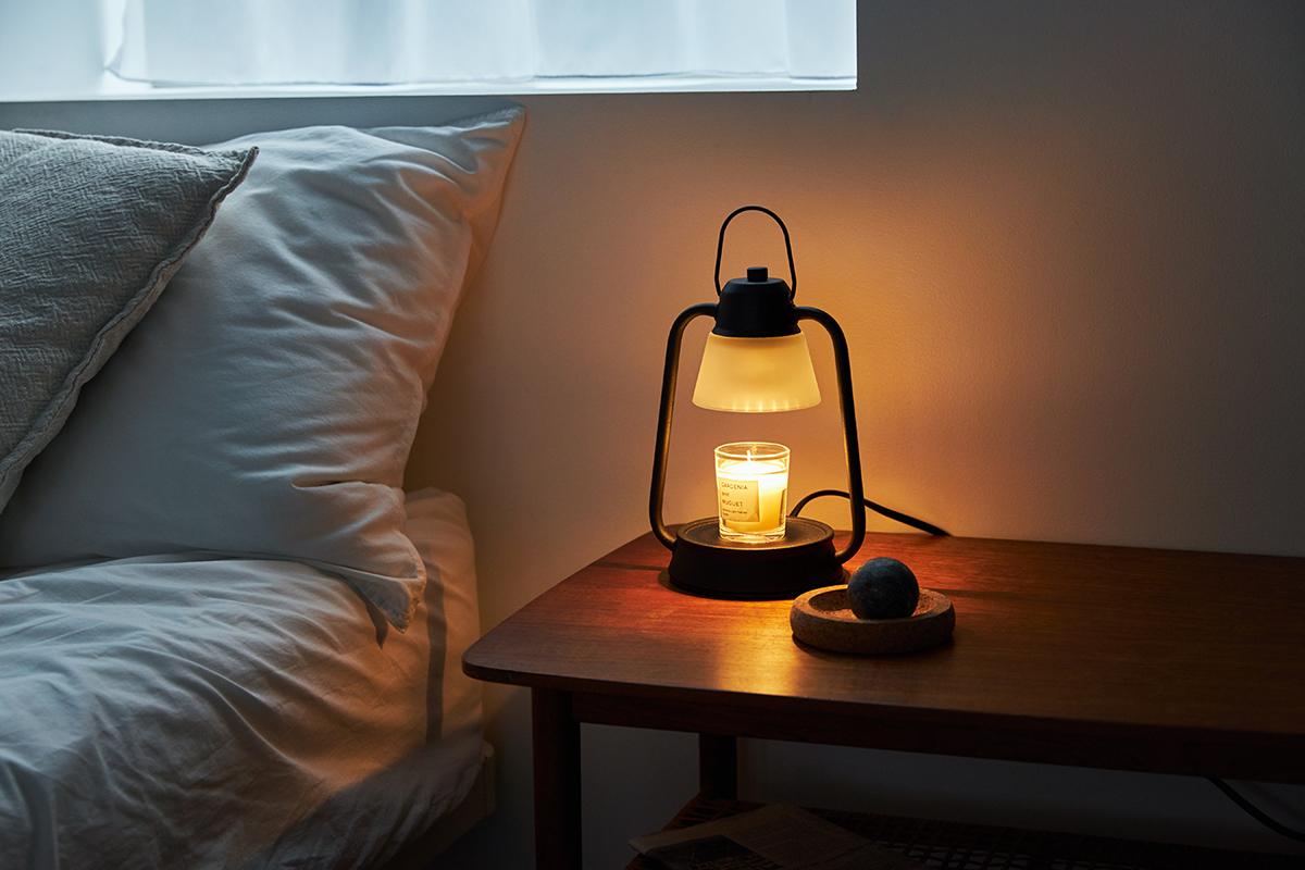 火を点けなくてもいいから、ベッドサイドでも使える気軽さが嬉しい。火を使わずにアロマキャンドルを灯せて、明かりと香りも楽しめる卓上ライト「キャンドルウォーマーランプ」|kameyama candle house
