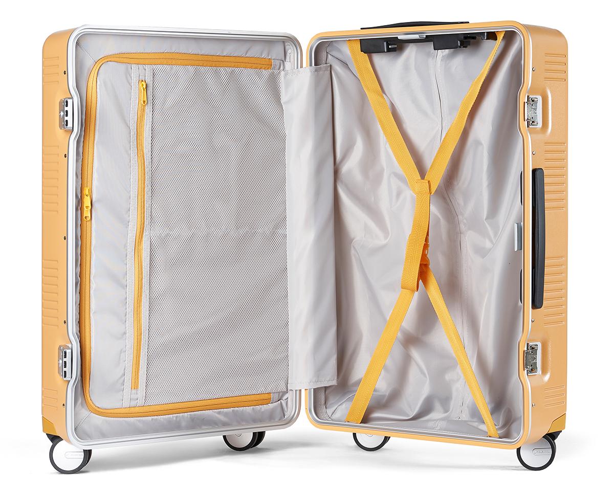デジタルツールの充電器や小物類を収納すれば、スーツケースの開閉時に荷物がこぼれ落ちてくる心配もないスーツケース(37L・1〜2泊・機内持ち込みサイズ)|RAWROW