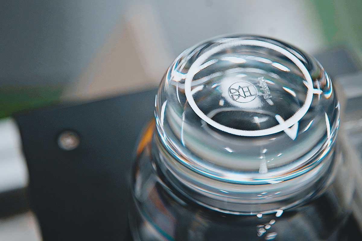 職人技で引き出す、うるおいのある質感。ずっと割れない保証付き、落としても割れない「樹脂製グラス」|双円(そうえん)