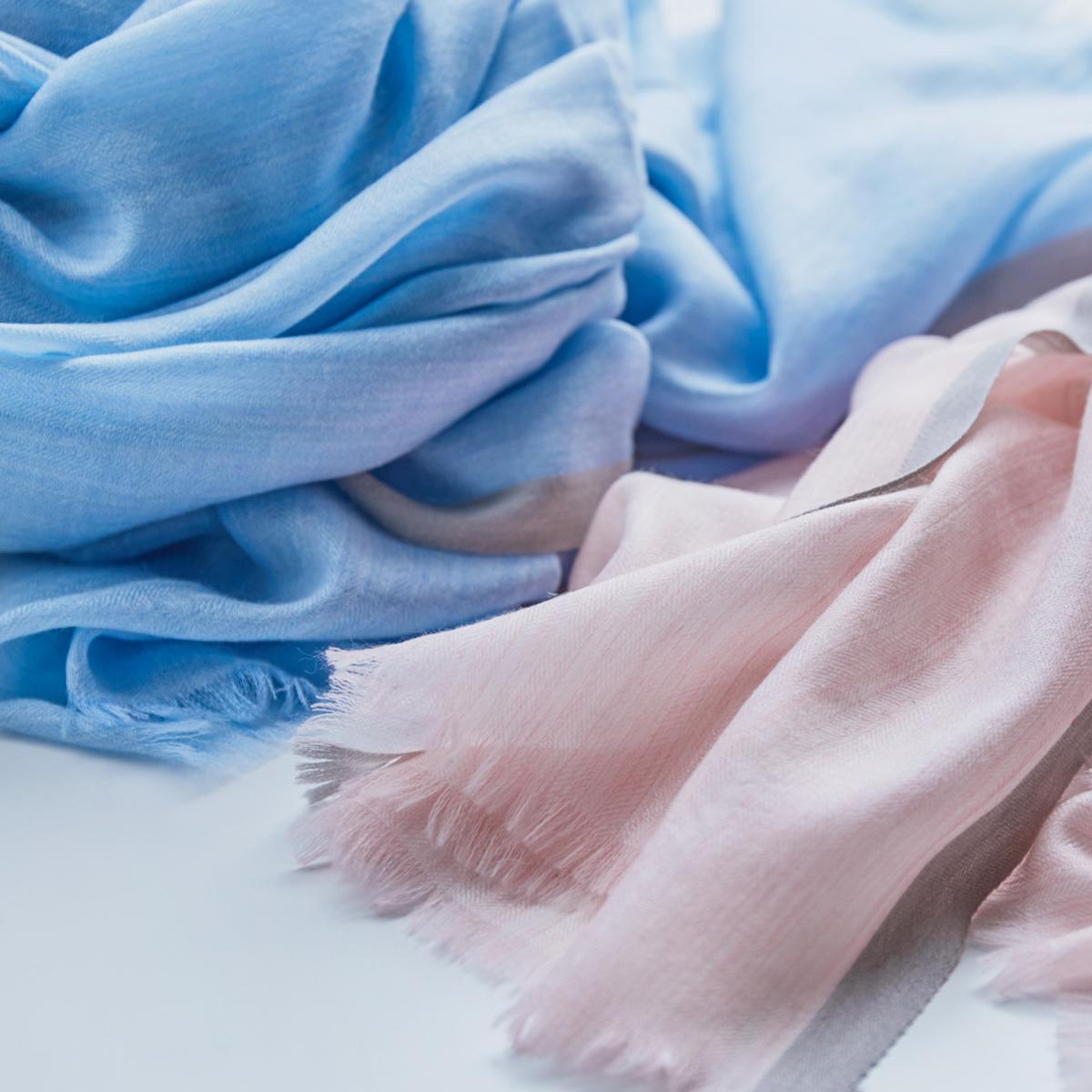 ピンクとサックスブルー。大人のパステルカラーと光沢感で顔色明るく。肌触りも、うっとりするほど柔らかい上質な薄手の大判ストール|ADOS(エイドス)NAGI