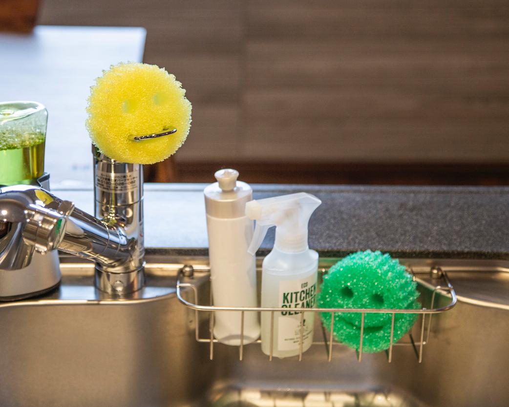 キレイを保ちやすく、キュートな見た目。生活感が出にくいのでインテリアを邪魔しません。水切れ・汚れ落ちバツグン!水栓レバーにも掛けられて、収納ホルダー要らずの「洗浄スポンジ」|Scrub Daddy