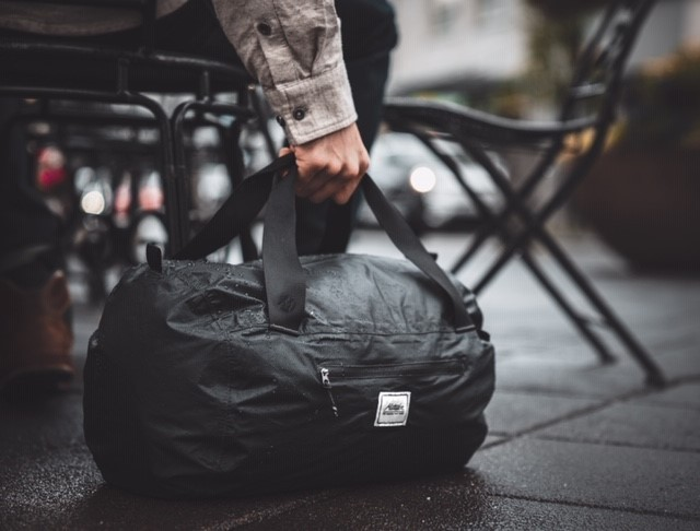 コンパクトだから、いつもの通勤バッグやオフィスのデスクに忍ばせて、いざという時に備える防災グッズとしてもおすすめのボストンバッグ|Matador transit30 2.0