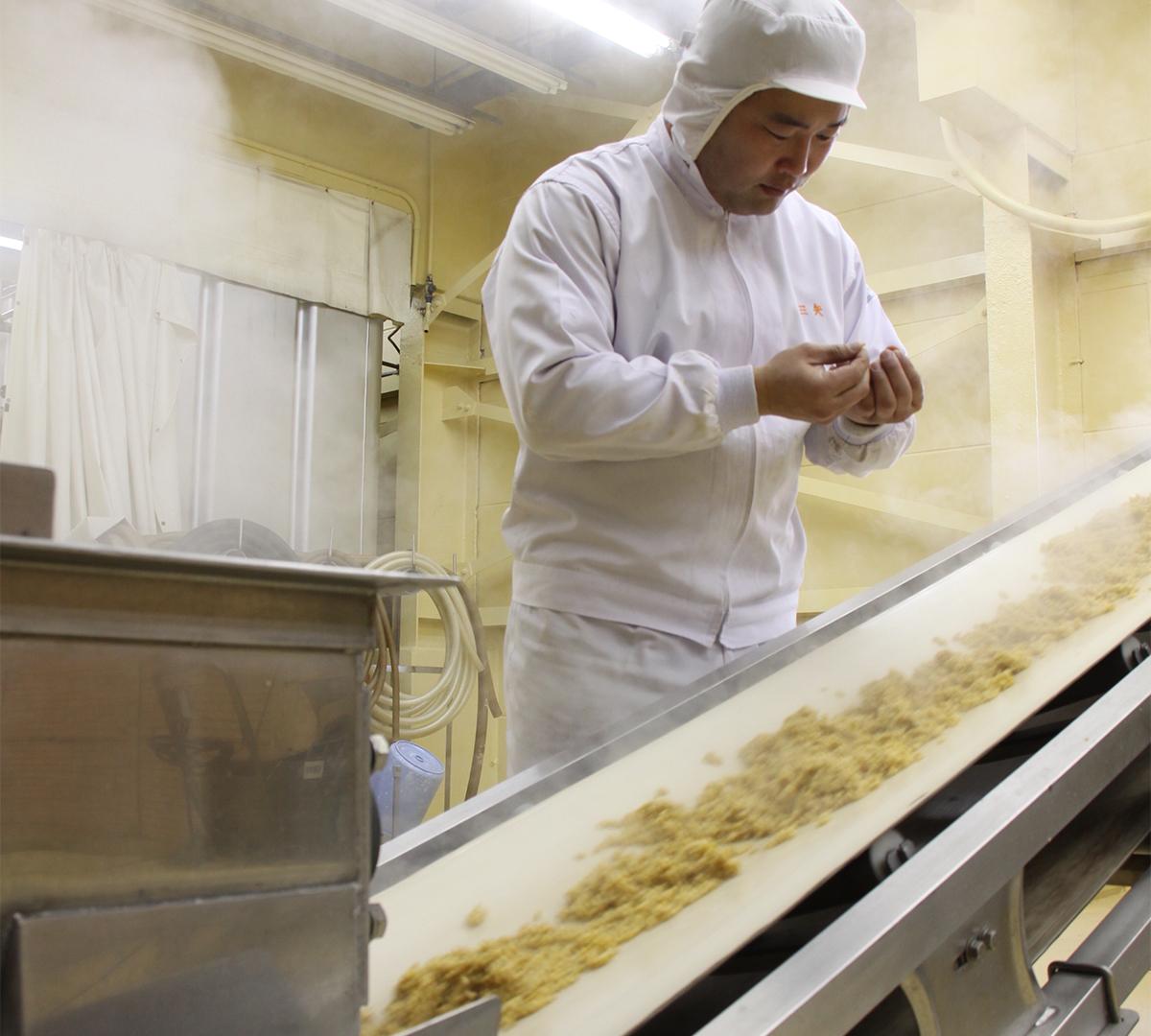 鹿児島・枕崎市の名人がつくる最高級品「本枯れ節」をはじめ、北海道利尻産の「昆布」、大分県産の肉厚な「どんこ(椎茸)」など、妥協しない原料選びによって化学調味料・食品添加物を一切使用しない「白だし」が生まれました。|錦爽(きんそう)|丸トポートリー食品