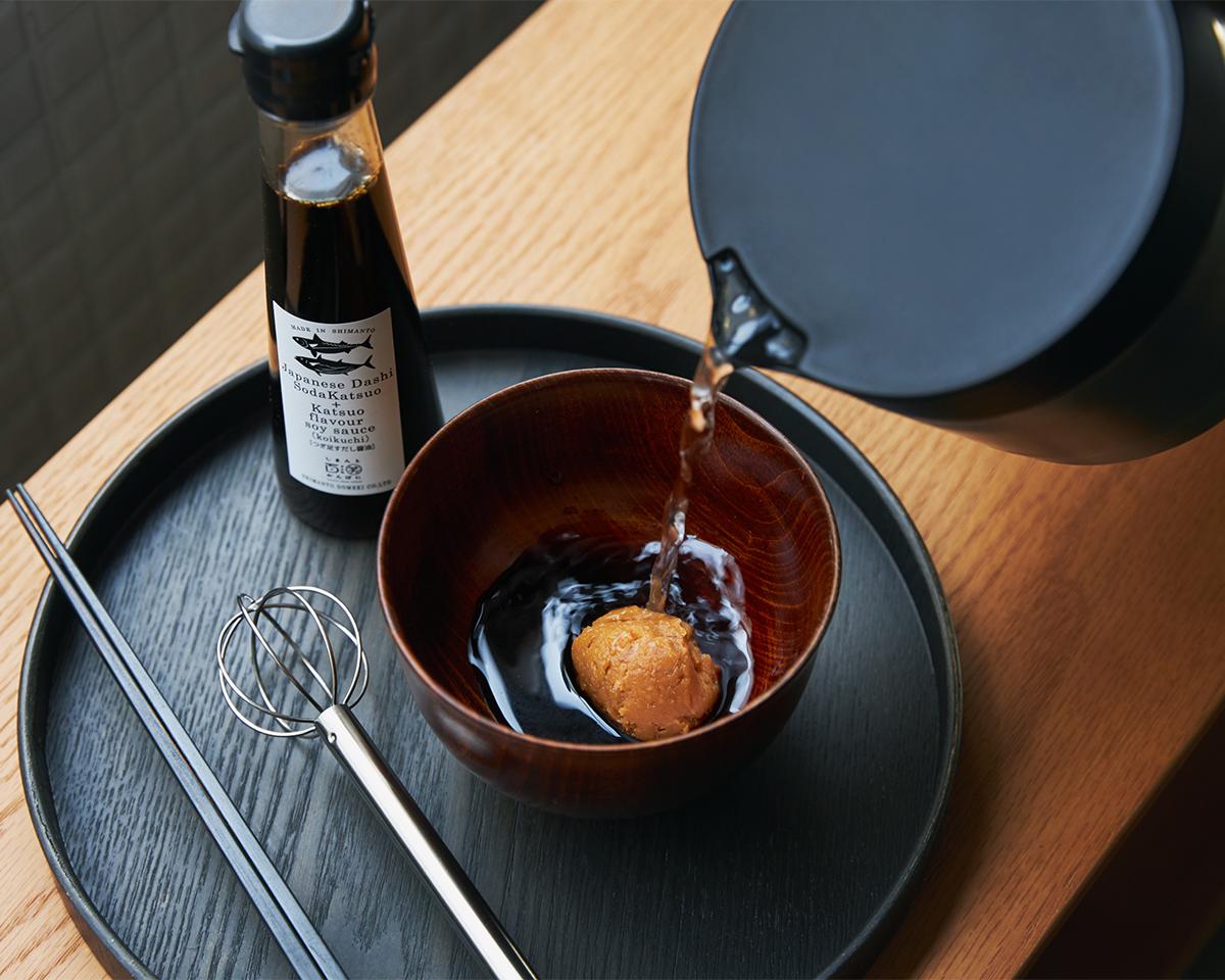 即席みそ汁が完成。おすすめは、すし酢アレンジ!うまみが凝縮!いつもの調味料が宗田節で輝きだす、つぎ足して使える「だし醤油&だし酢(化粧箱入り)」|SHIMANTO DOMEKI COMPANY