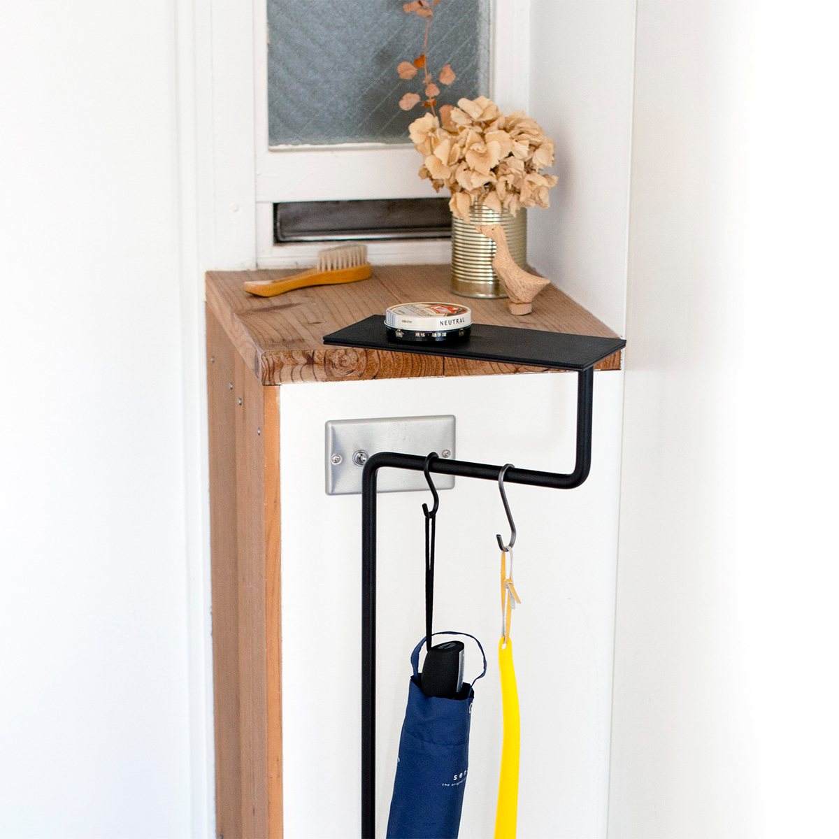 「出かけるまで財布や鍵を、ちょっと持ってて」という意味を込めて名付けられた家具|空間に静かに溶け込みながら、あなたの暮しを、グッと心地よく変えてくれる「スタンド型のトレイ」|DUENDE TILL
