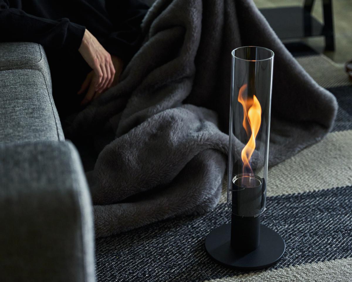 インテリアとして空間演出を盛り上げてくれる。スタイリッシュなガラスのランタン|風を取り込んで炎が5倍になる卓上焚き火、ニオイ・煙・燃えカスが出にくい専用バイオエタノール燃料つきランタン|Höfats(フォーファッツ)