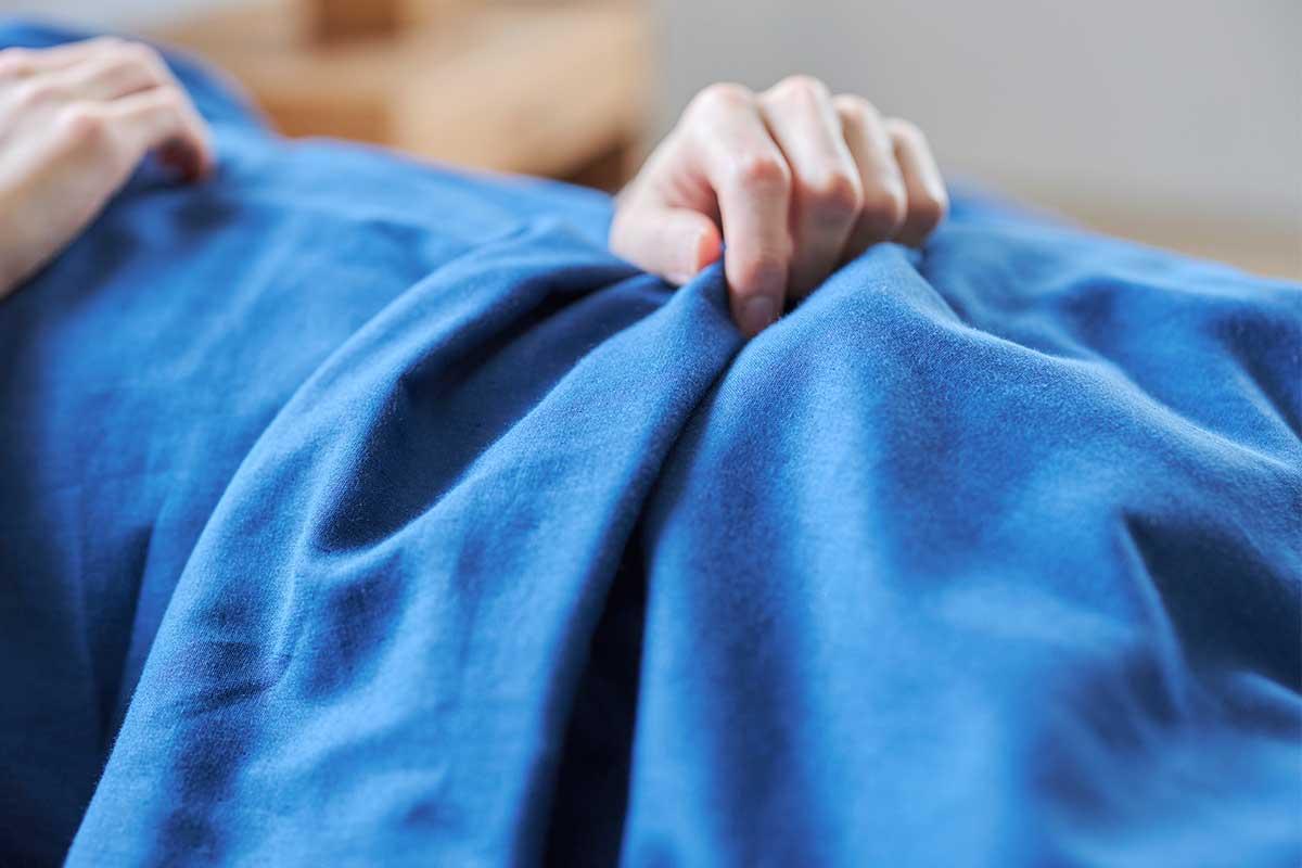 洗うほどに、ますます柔らかく、あなたになじむようになります。届いたその日から、肌にふんわりなじむ、柔らかい「ガーゼケット」|和晒し(わざらし)ガーゼカバーケット(肌掛け・布団)