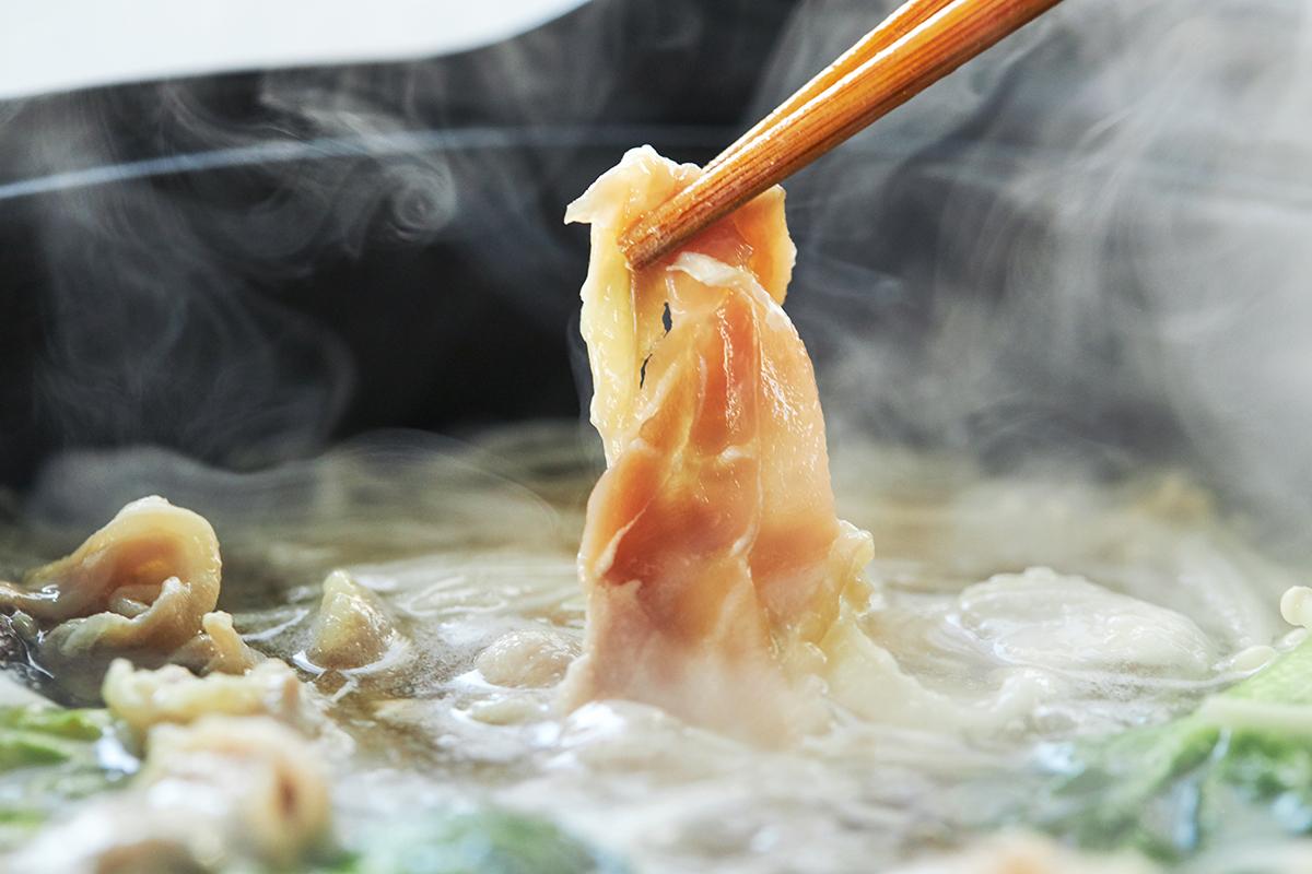 お家で大人と子どもの大好物「しゃぶしゃぶ」を、地鶏の王様・名古屋コーチンでいただくという贅沢。飲めるポン酢&特製だし付き「名古屋コーチンしゃぶしゃぶセット(もも肉・むね肉)」|錦爽(きんそう)|丸トポートリー食品