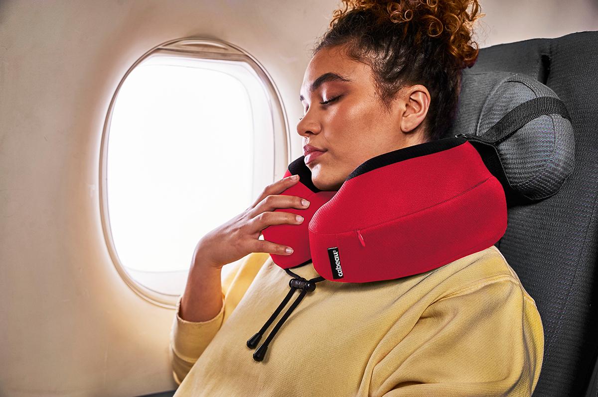 頭が座席シートとやんわり一体化。まるで、重たかった頭が後ろからずっと抱っこされているみたいでラクチンなトラベル枕|cabeau