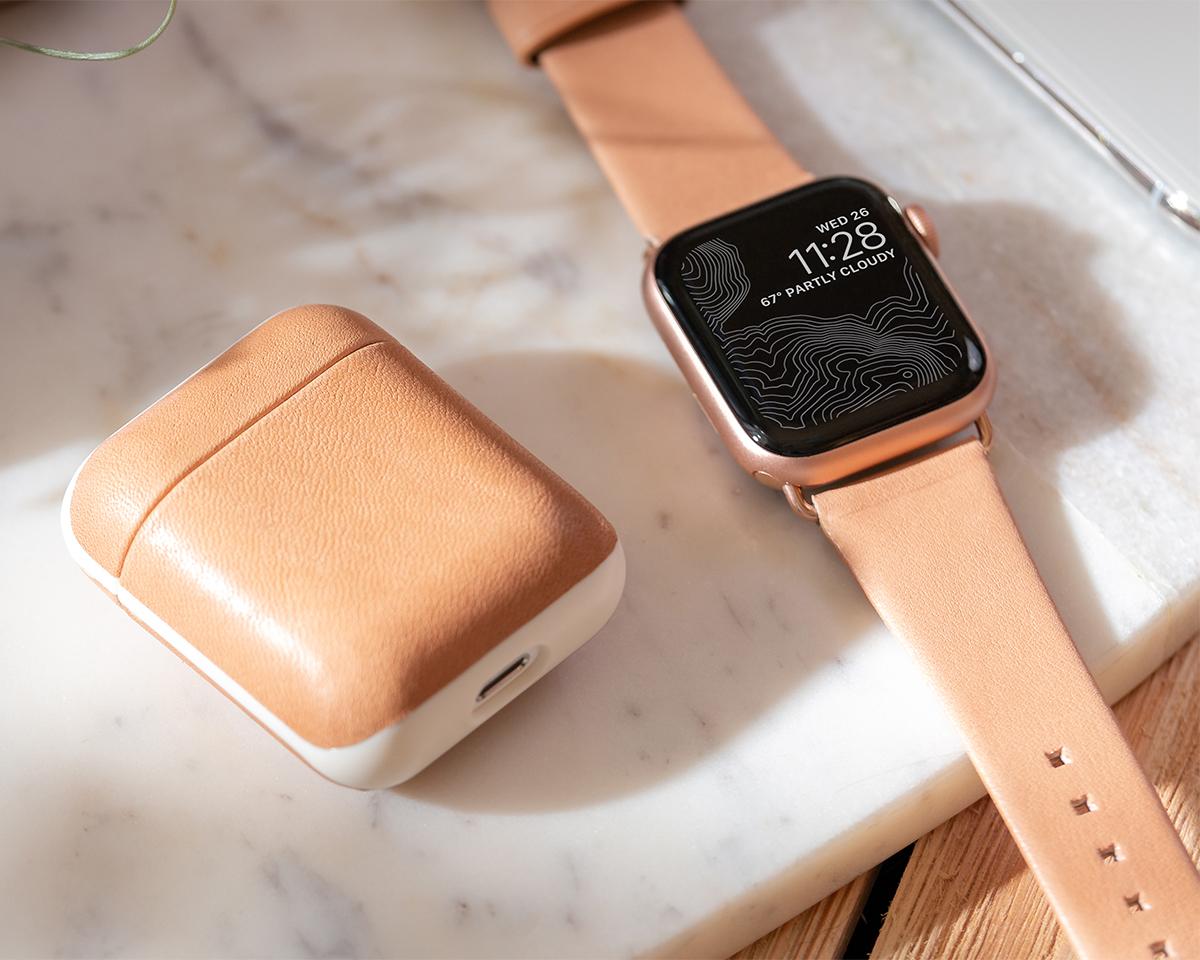 使い込むほどに柔らかくなり、しっとりとした手馴染みのいい質感へと成長するヌメ革のAirPodsケース・Apple Watchバンド|NOMAD