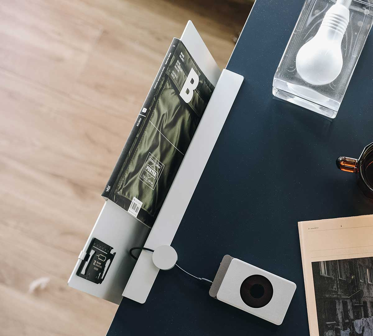 貼りつけるだけで耐荷重5kgの頑丈さ。デスクの書類を瞬時に片づけ、途中のタスクをすぐ再開できる「貼るデスクラック」|ZENLET The Rack(ゼンレット ザ ラック)