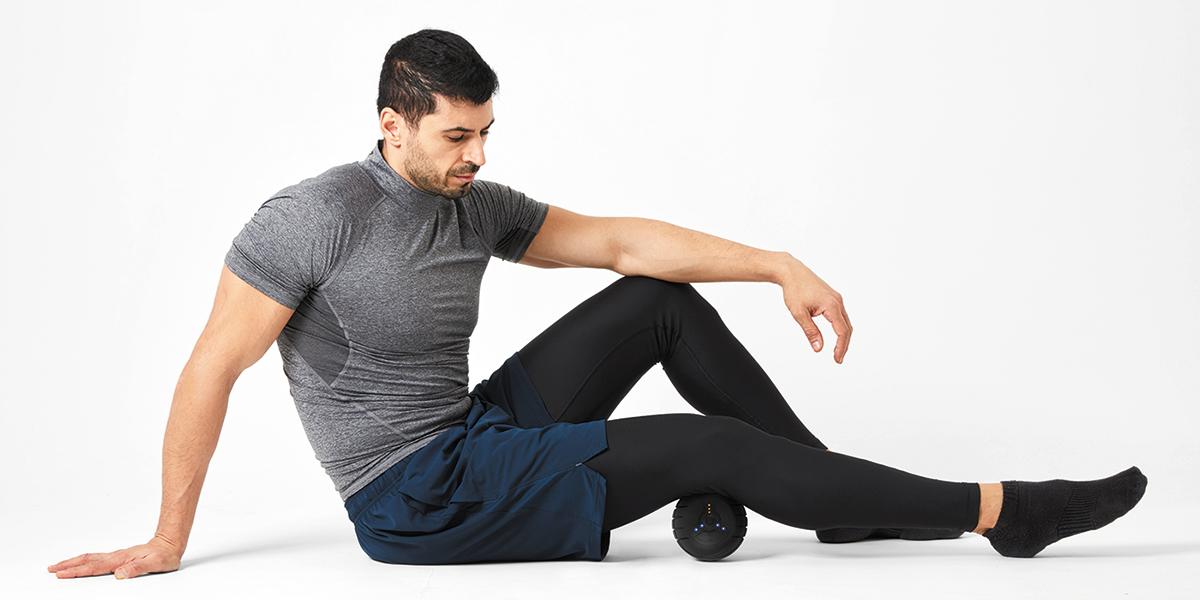 指では届きにくい深さまで、ボールをグーッと押さえつけながら、身体を動かすことで、筋膜の癒着が剥がれ、筋肉本来の動きへ。|Dr.Air 3Dコンディショニングボール