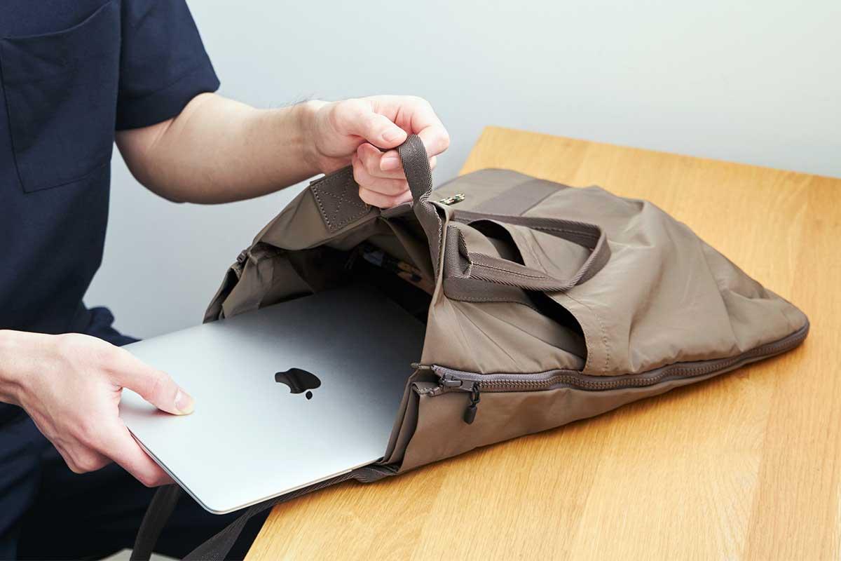 手がぶつからず、書類も本もサッと取り出せて便利な浅めの仕切り板。薄型トートバッグが大容量バッグに変身するバッグ|WARPトランスフォームジッパーバッグ