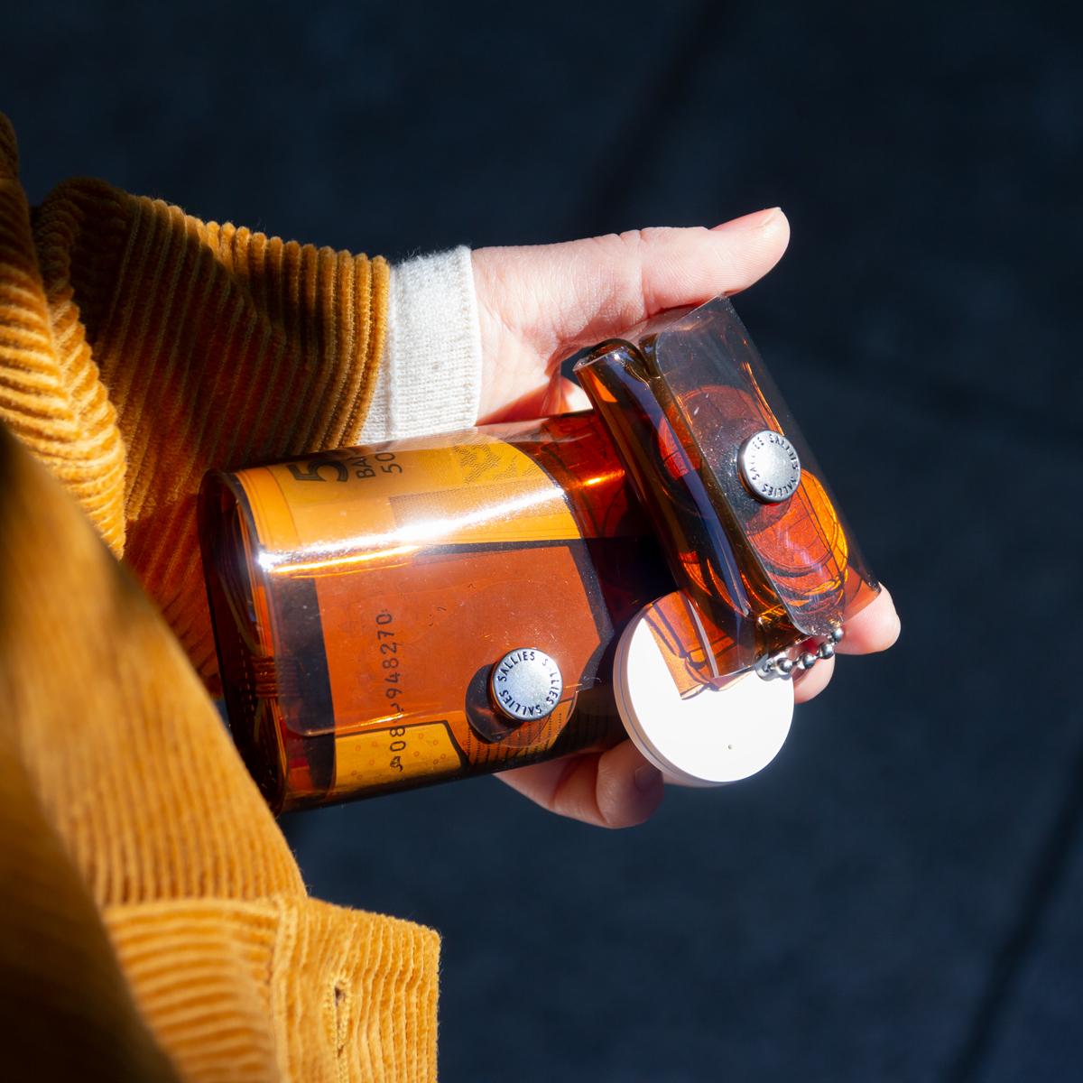60年代に人気を集めたアンバーガラスのマグカップのような、アンティークな温もりと大人っぽい色気の「クリアブラウンのミニ財布」|SALLIES