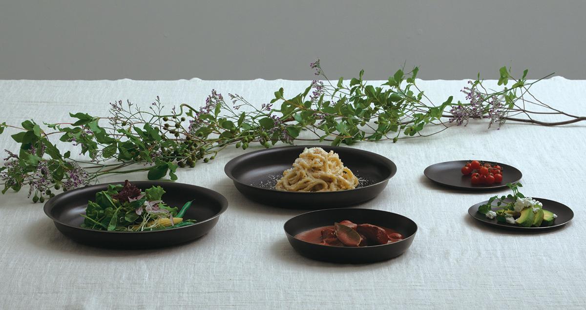 時代が変化しても淘汰されない価値と、新しい発想を掛け合わせた『96』のテーブルウェア。おもてなしやギフトにぴったりの落としても割れない、黒染めステンレスの食器(お皿)|KURO(96)クロ