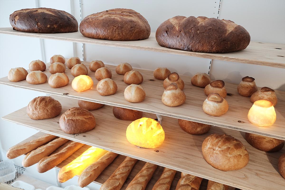 アトリエ『モリタ製パン所』の様子|本物のパンがそのままインテリアライトに!置くだけで明かりのオンオフができる「ライト・ランプ・間接照明」|モリタ製パン所「パンプシェード」