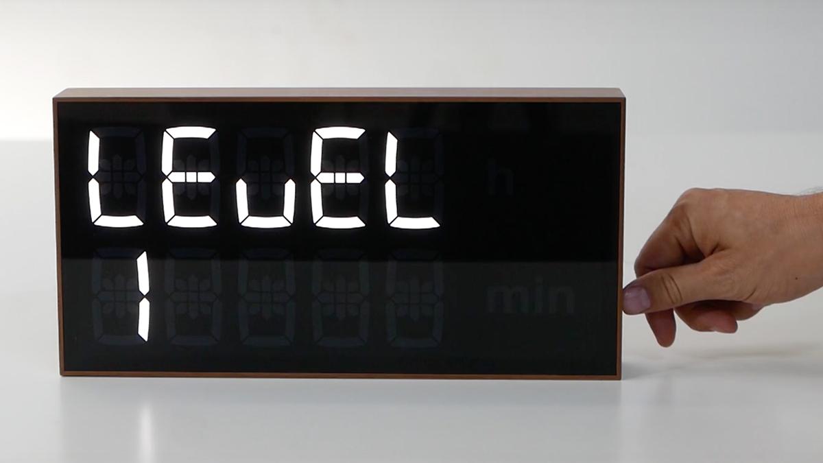 Axel Schindlbeck氏による、オリジナルフォントから設計した、ゲーム感覚で数式を解いて、時刻を割り出すデジタル置き時計 |Albert Clock