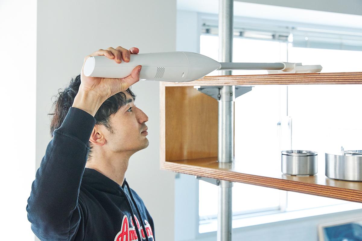 「ショートノズル」で棚上をキレイに(本体+中継用ノズルA+ワイドヘッド)。リビングに馴染むデザイン、ゴミに気づいたら即ハイパワーで吸引できる「ハンディクリーナー」|MONTANC(モンタン)