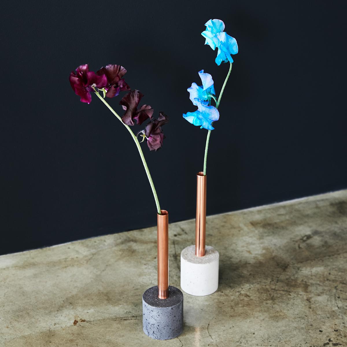 何でもない日に、自分のために花を買う。気軽にはじめる楽しさがある『BULBOUS』の花器。無造作に挿すだけで「絵」になる、銅管の一輪挿し・花瓶・フラワーベース|BULBOUS