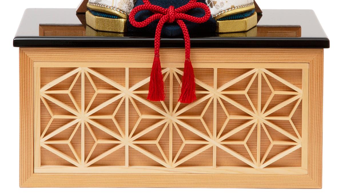 5. 麻の葉模様(収納箱中央):鹿沼組子細工|6つの日本伝統工芸をコンパクトにした、木目込の「プレミアム・コンパクト五月人形」| 宝輝 | 柿沼人形
